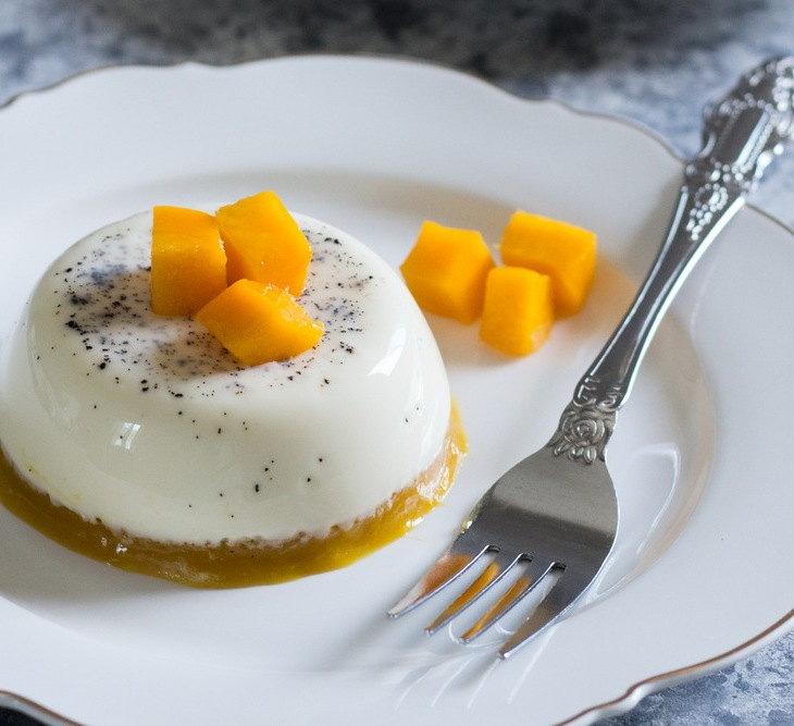 Mango Vanilla Bean Panna Cotta - the creamiest Panna Cotta you've ever had! Delicious, rich and creamy Panna Cotta with a Mango Jelly layer that sings! Vanilla bean dessert recipes. Panna Cotta Recipes. Vanilla Bean Panna Cotta Recipes. Mango Panna Cotta Recipe. Mango Recipe