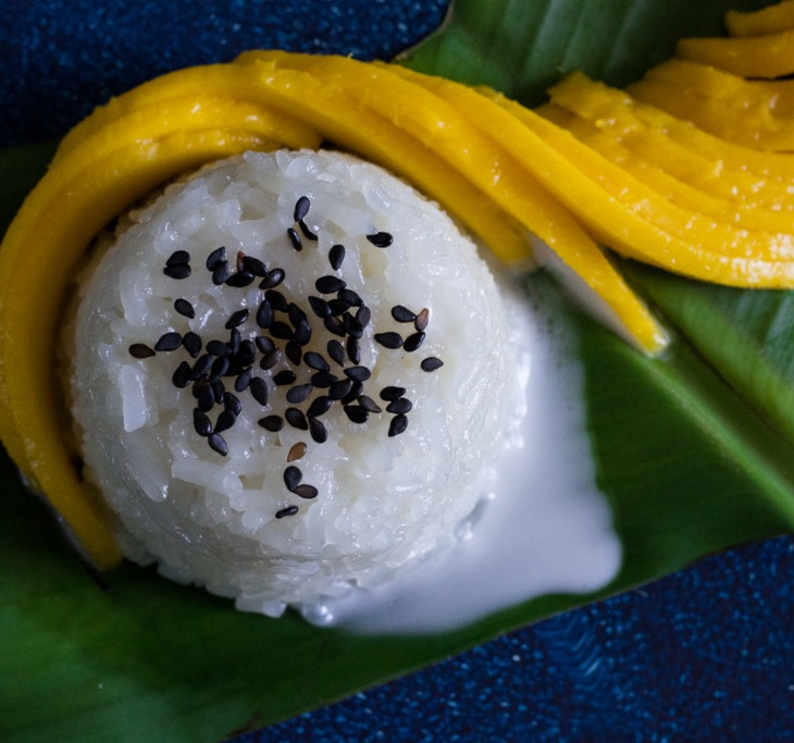 Thai Mango Sticky Rice Recipe - easy homemade Thai dessert with sticky rice and mango. Easy Thai Sticky Rice with Mango. Vegan Mango Sticky Rice. Gluten Free Mango Sticky Rice. Vegan Thai Mango Sticky Rice. Vegan Thai cuisine. Vegan Dessert Recipes. Gluten Free Dessert Recipes.