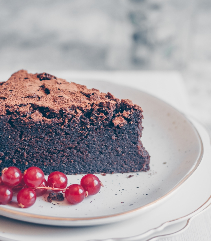 A seriously fudgy Flourless Chocolate Cake that is to-die-for! Chocolate Cake Recipe. Gluten Free Chocolate Cake. Easy Gluten Free Cake. gluten free desserts. Chocolate Cake. Chocolate dessert recipe. #flourlesschocolatecake #glutenfree #dessert #food #foodphotography #recipe